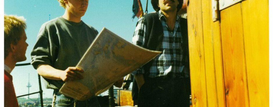 Teamer mit Unterlagen auf der Petrine