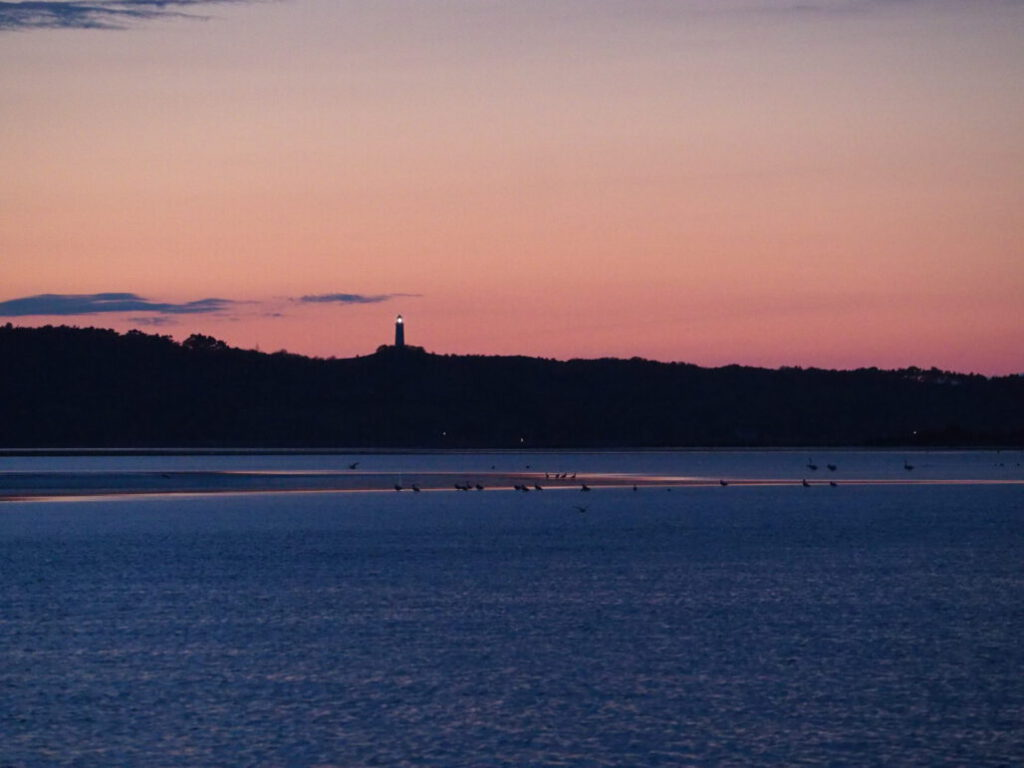Blick auf Leuchtturm Hiddesen in der Abenddämmerung