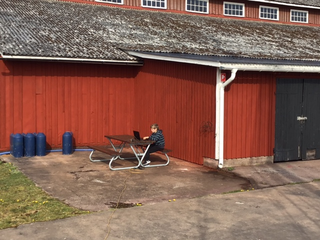 Homeschooling vor dem Hafengebäude von Paskallavik